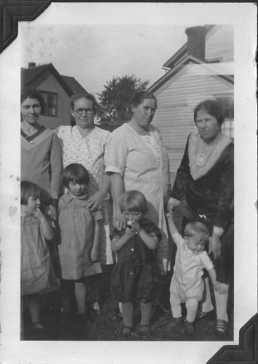 Mothers and their Young Ones Eva Fritzler is probably third from the left in the back row, with daughter Anna in front of her. Unsure of who the others are.
